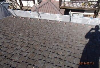 色あせとヒビが発生した屋根