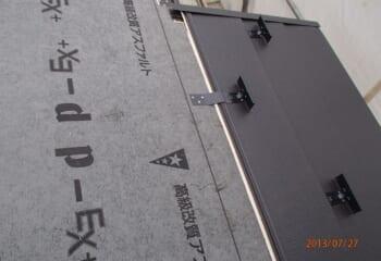 新規金属屋根材張り付け