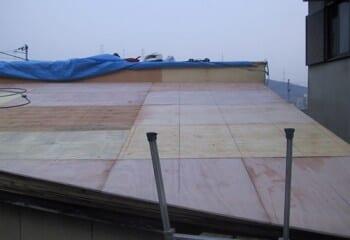 屋根材張り付け