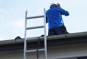 はしごの上端は60cm以上突出させる