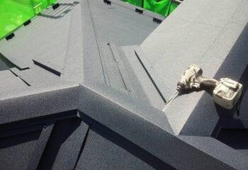 谷部と棟部が複合する箇所の板金