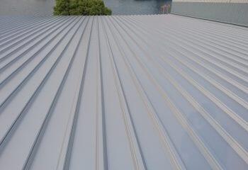 折板屋根の張りつけ完了
