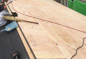 屋根面の合板は千鳥に張る