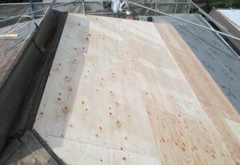 既存屋根の上に新しい下地を重ね張り