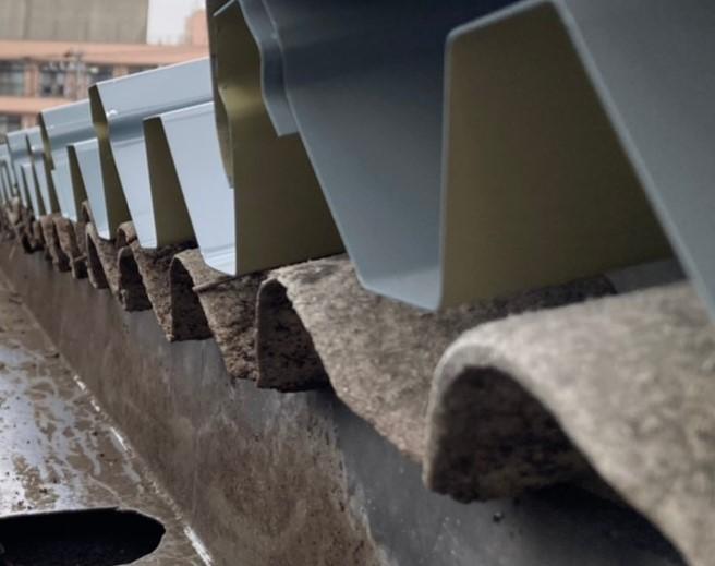 波型スレートのうえに折板を被せるカバー工法