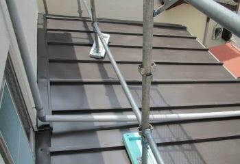 下屋根の仕上げ工事