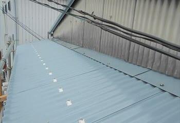 11.工場の屋根 下屋根のカバー工法 完了