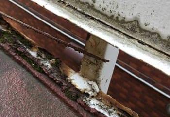 共用廊下の目隠しパネルの修繕工事
