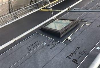 屋根本体と天窓板金取り付け