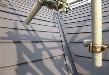 屋根の合わさる部分には谷樋板金を