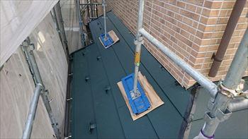 下屋根の屋根本体施工