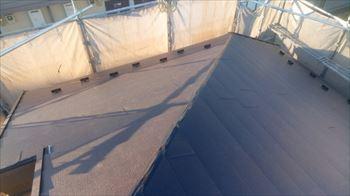 金属製の屋根には雪止め金具を