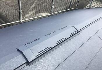 金属屋根と換気棟の取り付け