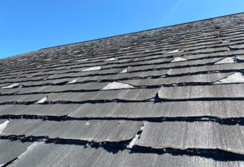 素材が原因による屋根のめくれ