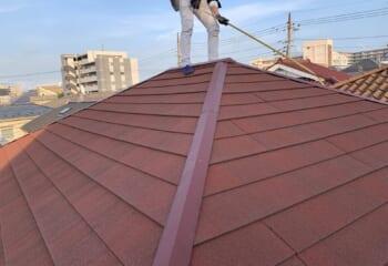 屋根は石粒付き鋼板で棟板金は石粒付きではない(弊社工事ではない)