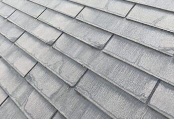 6年前に某大手ハウスメーカーで塗装した屋根。外壁は綺麗なのに屋根は汚い。
