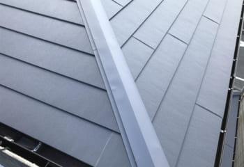 屋根材はスーパーガルテクトで棟板金はコロニアルの役物を使用(弊社工事ではない)