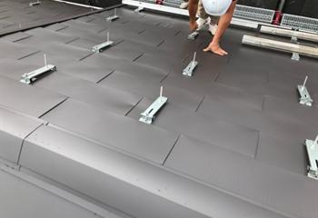 ガルバリウム鋼板の屋根と太陽光パネル