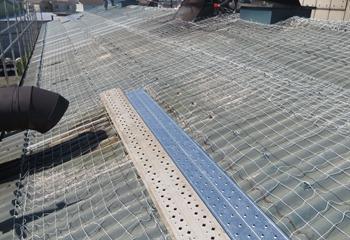 工場の屋根工事開始