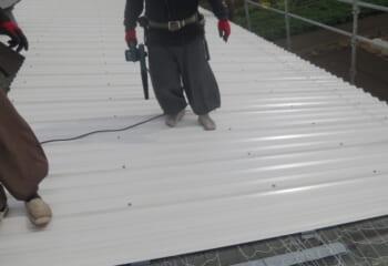 波型ガルバリウム鋼板屋根張り