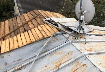 強風により吹き飛ばされたトタン板