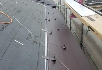 金属屋根を取り付ける