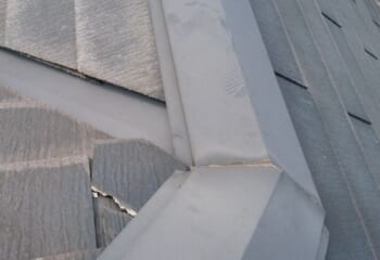 現場調査 屋根材のヒビ割れ