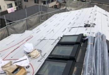 古い屋根の上にルーフィング張り