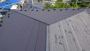 ルーフィングシート貼り付け・金属屋根重ね葺き