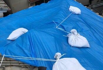 現場調査 割れた瓦屋根に応急処置としてブルーシートを敷く