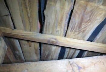 屋根裏から見た屋根の下地