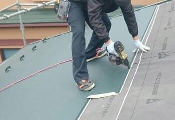 屋根材の固定には釘やビスを使う