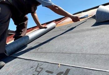 被災した屋根を応急処理する様子