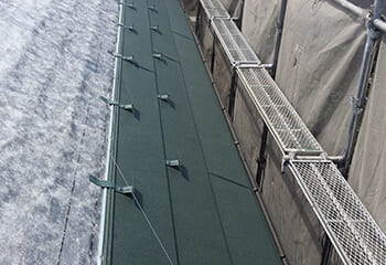 金属屋根(スーパーガルテクト)張り付け