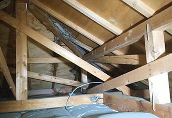 屋根裏にまで雨漏りが発生