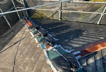 現場調査 雨漏りの発生箇所を応急処置