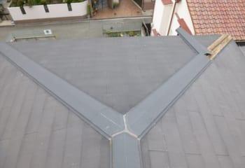 コロニアル屋根の棟板金を交換する工事の施工前写真