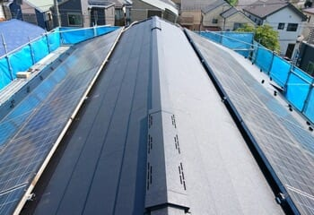 スーパーガルテクトフッ素による屋根カバー工法の施工後写真