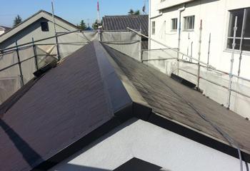 遮熱塗料によるコロニアルの屋根塗装と棟板金交換の施工後