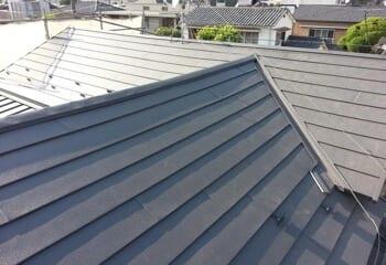 瓦をエスジーエル鋼板の屋根(スーパーガルテクト)に葺き替える工事の施工後写真
