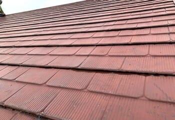 横葺き金属屋根をスーパーガルテクトで葺き替える工事の施工前写真