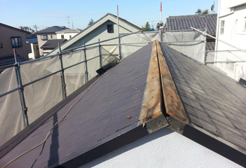 遮熱塗料によるコロニアルの屋根塗装と棟板金交換の施工前