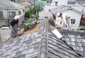 瓦をエスジーエル鋼板の屋根(スーパーガルテクト)に葺き替える工事の施工前写真