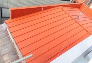 遮熱塗料と錆止め塗料でトタン金属屋根を塗装する工事の施工後写真