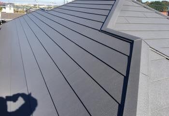 大阪府泉佐野市でおこなったコロニアル屋根のカバー工法リフォームが完成です!