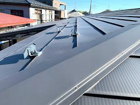 低勾配の屋根に張られた金属屋根