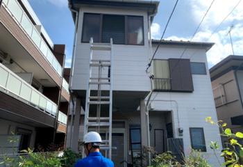 専用のはしごで屋根の調査