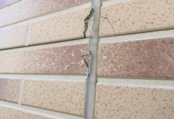 壁内結露によるひび割れ