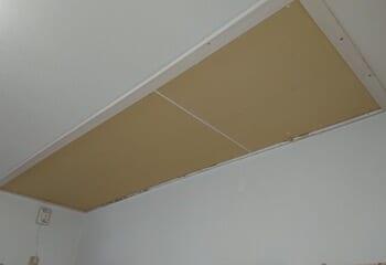 屋内の天窓部分をふさぐ