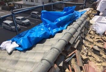 古い瓦と葺き土を撤去